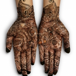 Great ad showing henna painted hands with tourist destinations in Hawaii written all over them.  Done for Travel Corporation India by agency Grey Worldwide India.