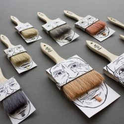 Polius by JOQUZ. This humorous packaging offers the function of assembling two products (two paintbrushes) together with only one cardboard printed on both sides.