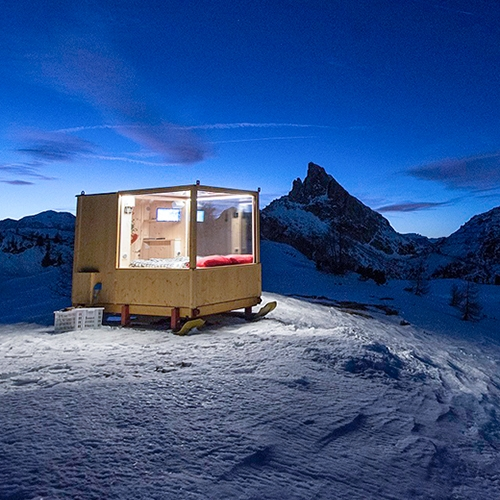 At an altitude of 2,055m in the beautiful landscape of Dolomite mountains, a bedroom was installed to offer a unique experience in this striking UNESCO World Heritage site.