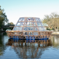 Designed by the architects Antonio Girardi and Cristiana Favretto, Jellyfish Barge is a floating agricultural greenhouse producing food without consuming land, fresh water or energy.