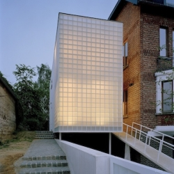 House extension in Heverlee - Belgium by BOB361 Architects. Made of glass and white concrete, the new building offers light and transparency.