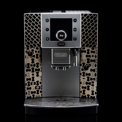 Damien Correll provided some art for a De'Longhi espresso machine that will be auctioned for charity. Classic sobriety, yet designer touch indeed.