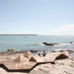 Guallart Architects created Microcostas Vinaròs out of hexagonal wood platforms as a series of micro coasts, forming islands on the beach