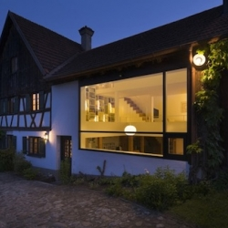 Haus UrMa by SoHo Architektur. This team has completed the transformation of a former farmhouse in the german country, crossing tradition and modernity and opening walls and roof with large windows.