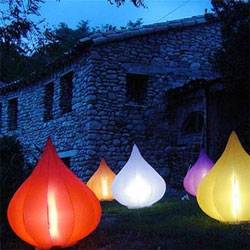 Love these fig-shaped outdoor lamps by Parade Design, Lampe de Jardin Gonflable Figue.