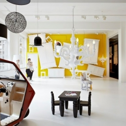 Moooi Gallery in Amsterdam has been renewed for the spring! Amazing bold colors and stunning design!