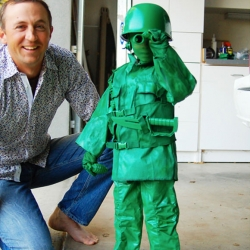 This DIY toy sol­dier cos­tume is one of the coolest Halloween costumes I've seen yet.