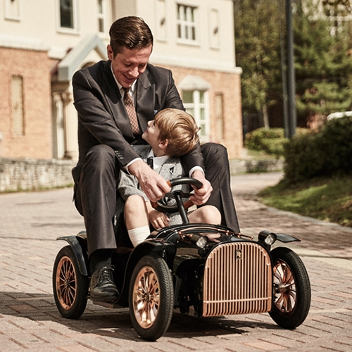Designed by Joongho Choi Studio, the D.Throne S is a premium electric car for kids that allows parents to assist their children in driving and use the car as a motorized or non-motorized stroller.