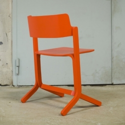 The Swedish designer Shane Schneck designed the wooden chair 'Ru' for Promosedia.