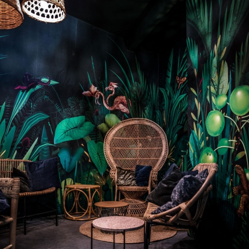 60 m2 of illustrations were created for the lounge area of a wine bar in Antwerp, Belgium. The jungle illustrations were printed on textured wall paper. Illustrations were done by Xavier Segers, The Last Dodo.