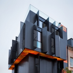 In the city of Luxembourg, the agency Metaform Architecture sign this building of 4 apartments. Dark monolith rising on four levels, it is distinguished from surrounding structures, both in its form and its materials.