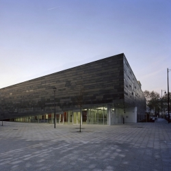 The architecture agency Archi5made this architecture Archi5 multisport complex for the city of Antony, France. It consists of a hall, a dance hall, a dojo, a football field and a underground parking.
