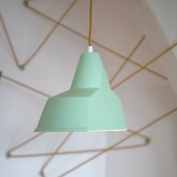 Leanie van der Vyver imagined the mobile lamp 'Trek'. This light source can indeed move and adapt to its environment through a simple system of buttons that allow tender and give shape to the power cable.