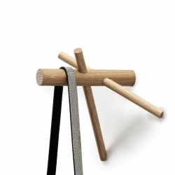 Brussels designer Benoît Deneufbourg drew this little wooden peg edited by Normann Copenhagen. Sober and simple in design, it consists of three pieces of oak intertwined like the wood framing.