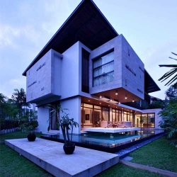 27 East Sussex Lane is luxury house design was designed by ONG&ONG Pte Ltd located in Singapore. The house is hidden behind plenty of bamboo plants which imparts a sense of privacy and an oriental outlook.