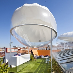 Spanish architect Carolina González Vives filled the rooftop of Casadecor in Madrid with a series of inflatable pods, cools the outdoor environment with minimal power consumption.