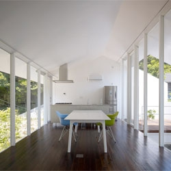 The 47% house, an excellent use of inside and outside spaces, where the interior floor area makes up 47% of the total building's footprint. By Kochi Architect's Studio in Kamakura, Kanagawa.
