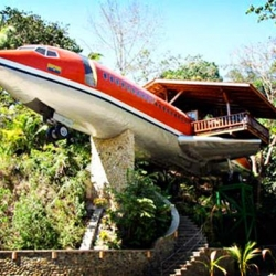 Situated on the edge of the Manuel Antonio National Park, the Costa Verde Resort features an incredible hotel suite set inside a 1965 Boeing 727 airplane.
