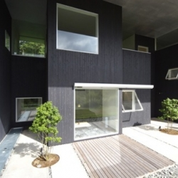 In Hakone-Cho - Japan, Yasutaka Yoshimura Architects design this week end house. A wooden building with many windows, playing with scale, between interior and exterior.