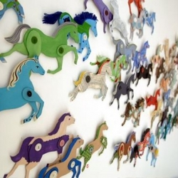 Very talented Ann Wood offers a full DIY project as a guest in D*S : little cardboard horses running through walls !