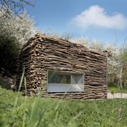 In Lauterhofen Golf, german architects Berschneider + Berschneider design these small wooden and iron toilets. Natural and different.
