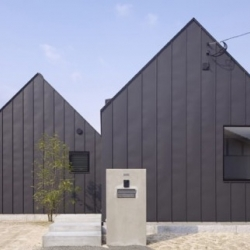 In Asakura, japanese architect Kazuya Matsuda has designed this familial housing. Archetypal and iron cladded villa.