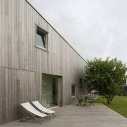 Maison à Loctudy. In west of France, french architect Michel Guignou has designed this wooden cladded house facing the surrounding nature. Minimalist and contemporary.