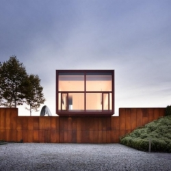 In Millbrook, NY, Thomas Phifer and Partners architects have designed Millbrook House, a contemporary architecture made of rusted steel and wood, facing the landscape.