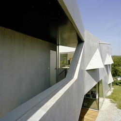 In Klosterneuburg - Austria, 'Haus P' is a concrete and glass house by Caramel Architekten. Contemporary and uncommon.