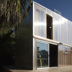 In Brentwood - CA, french architect François Perrin and Air Architecture have designed this house extension made of wood and polycarbonate, playing with light and reflects.