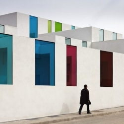In Granada - Spain, Alejandro Muñoz Miranda has designed the new municipal nursery. A white building with some colorful and spicy windows. Discover some photographs by Spanish photographer Fernando Alda.
