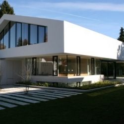 Wohnhaus D by Bembé Dellinger Architects in Pullach - Germany. A white concrete house, between archetype and modernism.