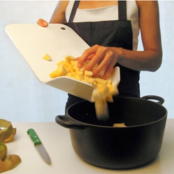 This new Amor de Madre cutting board is ingenious! I need it yesterday!