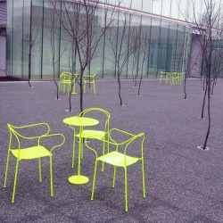 'Kyparn' (the waiter) is a stackable outdoor chair with a side table designed by Johannes Norlander Arkitektur and manufactured by Nola.