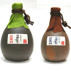 I really admire Japanese packaging and when I discovered these cool clay Awamori jugs my hart jumped high. Awamori is an alcoholic beverage that comes from Okinawa in Japan.