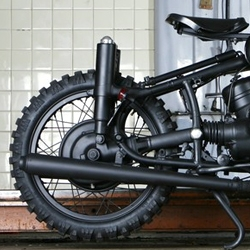 BMW Serie 2 matte black 'Great Scape' bike by Blitz Motorcycles.