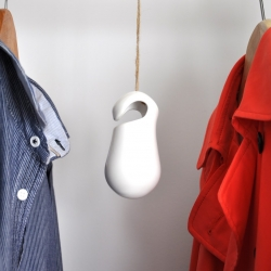 Blob, an unusual hanging bank created by studio Qmad for Vandidoo. This money box can be hung anywhere, even in your wardrobe. Saving all those pennies left in your pockets each day and you can afford a little whim each week!