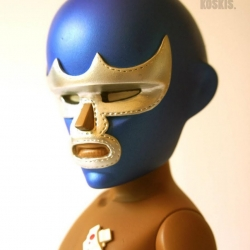 Meet the Coarse Demon, a toy from Coarse customized by Chauskoskis, a mexican artist. The toy wears an amazing fighting mask!