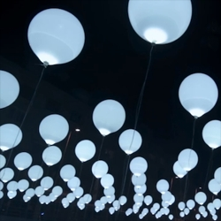 Cyclique is a light and sound installation composed of a matrix of 256 balloons inflated with helium and equipped with LED lights.