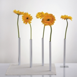 Magnetic vases will bring a breathtaking effect to your dinner table. The vases are fixed by 5 bases which are hidden underneath the tablecloth.
