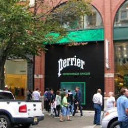 Perrier has created 2 interactive storefronts in New York and Los Angeles, a technological way to melt pedestrians and to remind them of the Melting campaign.