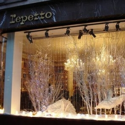 First interactive storefront in France for the famous brand Repetto. The operation takes place near Place Vendôme.