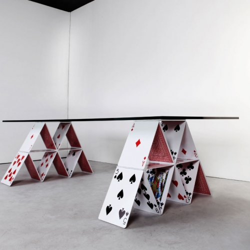 The House of Cards Table is a piece of furniture that addresses topics such as lightness and instability, but with sense of humor and a lot of identity, which is a mark of the work by designer Mauricio Arruda.