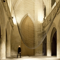 A kinetic sound installation by David Letellier, created for a  chapel in Caen (FR). Caten is a levitating sculpture made out of 300 fine wires suspended from two ropes. The form is determined by gravity and follows the evolution of a sound composition.