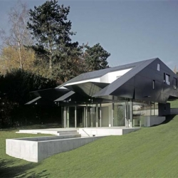 The starting point for the planning of the house was the goal of coupling the residential quality and the topography of the idyllic orchard lawn with the living rooms of the house