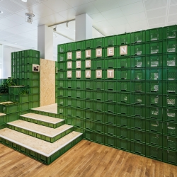 Yalla Yalla! - studio for change creates with 1200 green vegetable crates the design for the exhibition Helden der Stadt.