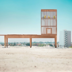 Banca familiar (Family bench) is the latest product by Valentin Garal, an object conceived for the 'non places' often forgotten. Bench and cage well-crafted from solid willow wood.