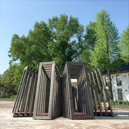 Huting & De Hoop designed for the Heritage square Slochteren (The Netherlands) a wooden folly called De Swoaistee.