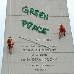 """Greenpeace """"awarded"""" the city of Buenos Aires the first prize in contamination by taking over its Obelisk.  The reason? The (un)treatment of garbage that is disposed in surrounding areas."""