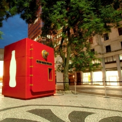 The inhabitants of the city of Sao Paulo have discovered a giant chest. This chest is actually the center of a street marketing operation conducted by Coca Cola to launch the World Cup 2010